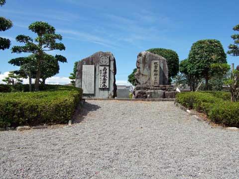 住宅地の中に建つ、「祝吉御所跡」の石碑